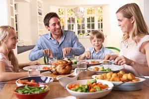1505146432_familia-comiendo-en-la-mesa